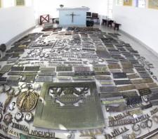 """Prefeitura de Suzano-SP encontra duas ossadas e mais  de 300 adornos de túmulos """"estocados"""" em cemitério"""