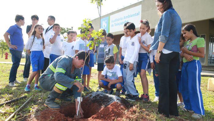 Alunos aprendem sobre meio ambiente durante visita à ETA Taiaçupeba