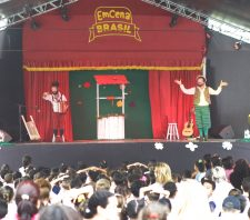 Alunos e moradores do Gardênia prestigiam atividades do EmCena Brasil