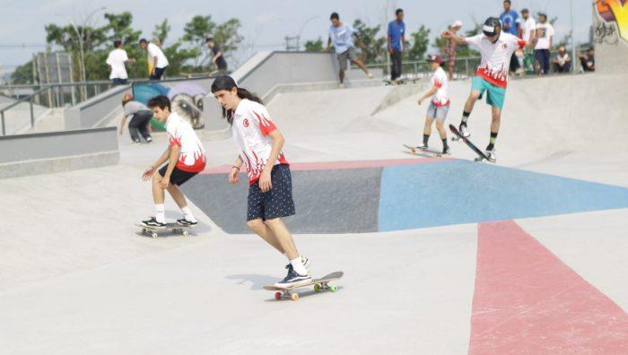 Fotografia de pessoas andando na pista de skate da Suzano Skate Park. Para quem curte skate e procura o que fazer em suzano, é o principal local para visitar.