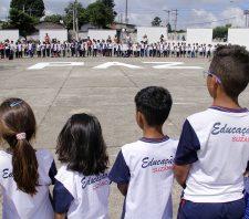 Alunos de escola municipal prestam homenagem a vítimas de massacre