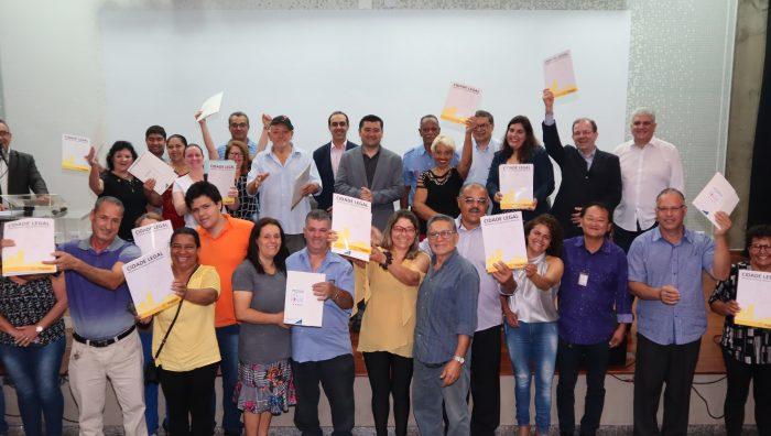 Moradores da Vila Monte Sion recebem títulos de regularização fundiária