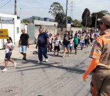 Crianças participam de caminhada de conscientização sobre leis de trânsito