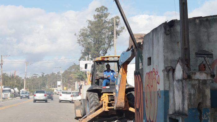 Fiscais acompanham retirada de comércio irregular na avenida Jorge Bei Maluf
