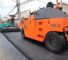 Rua Caboclos recebe aplicação de massa asfáltica