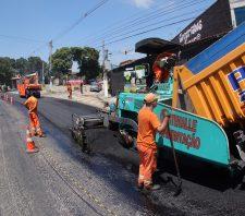 Rua Baruel começa a receber nova camada de asfalto