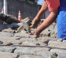 Realinhamento de paralelepípedos prossegue em três bairros de Suzano