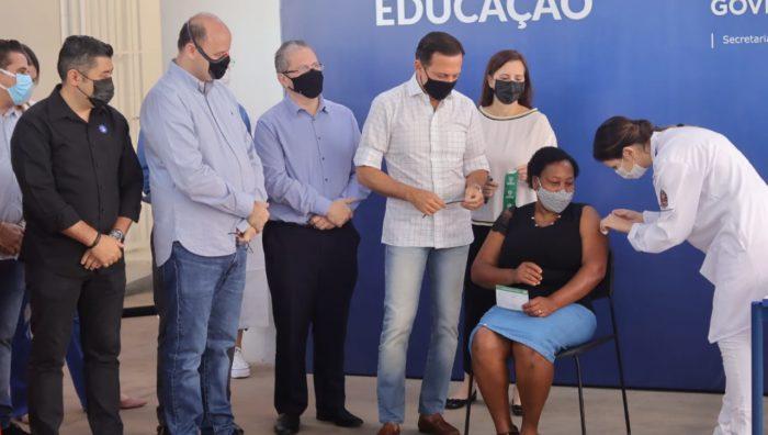 Primeiros profissionais da Educação são imunizados em Suzano