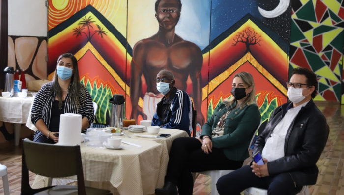 Larissa Ashiuchi visita associação voltada a crianças e adolescentes