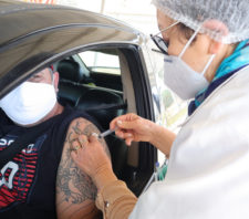 Pessoas com 29 anos ou mais serão vacinadas contra a Covid-19 neste sábado