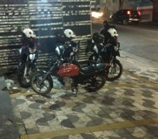 ROMO apreende drogas e moto roubada
