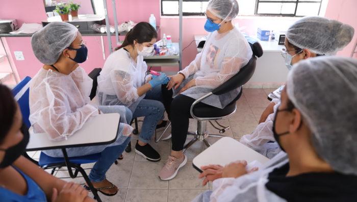Saspe inicia aulas presenciais do curso de alongamento de unhas