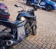 GCM recupera moto roubada próxima à Apae e apreende drogas pela cidade
